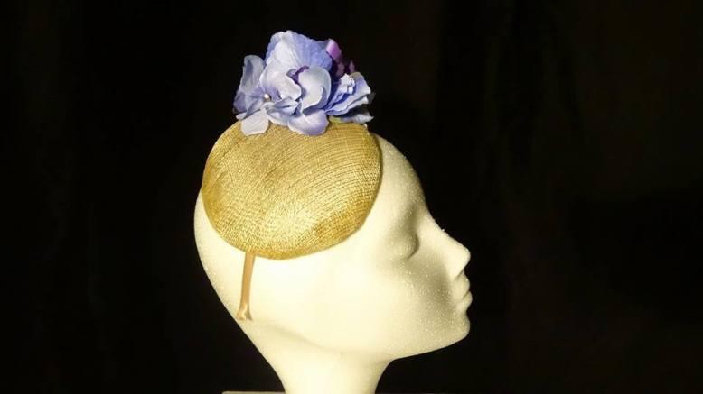 Base sinamay dorada con hortensia azul y hoja dorada